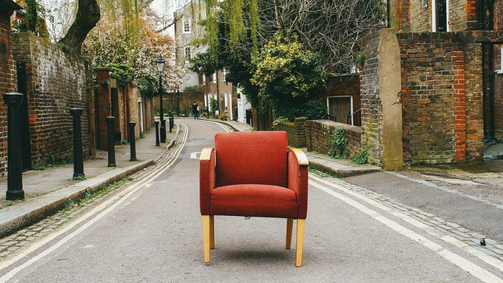 כסא באמצע שביל ברחוב
